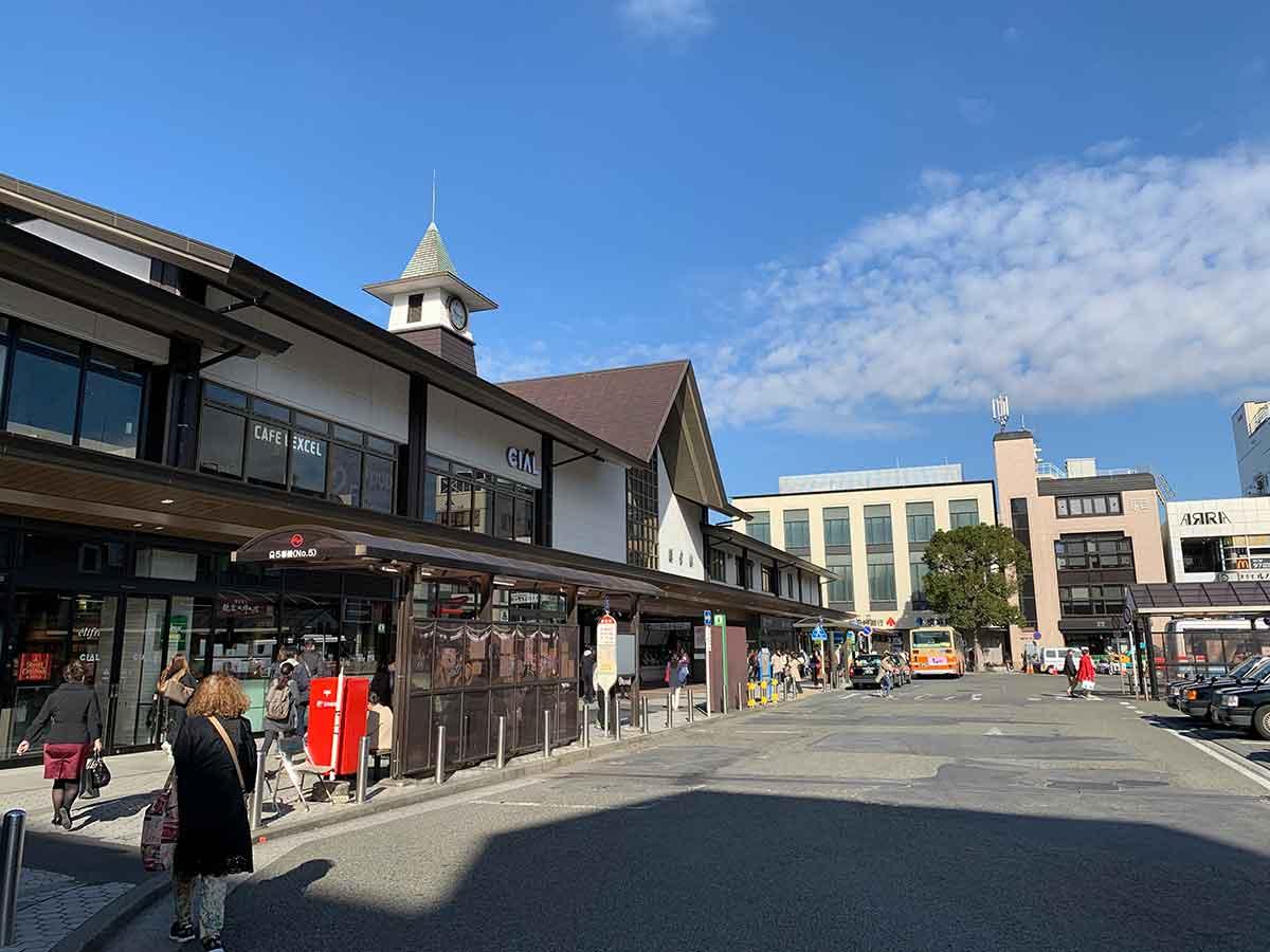 秋晴れの鎌倉駅