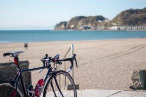 鎌倉の海岸とロードバイク