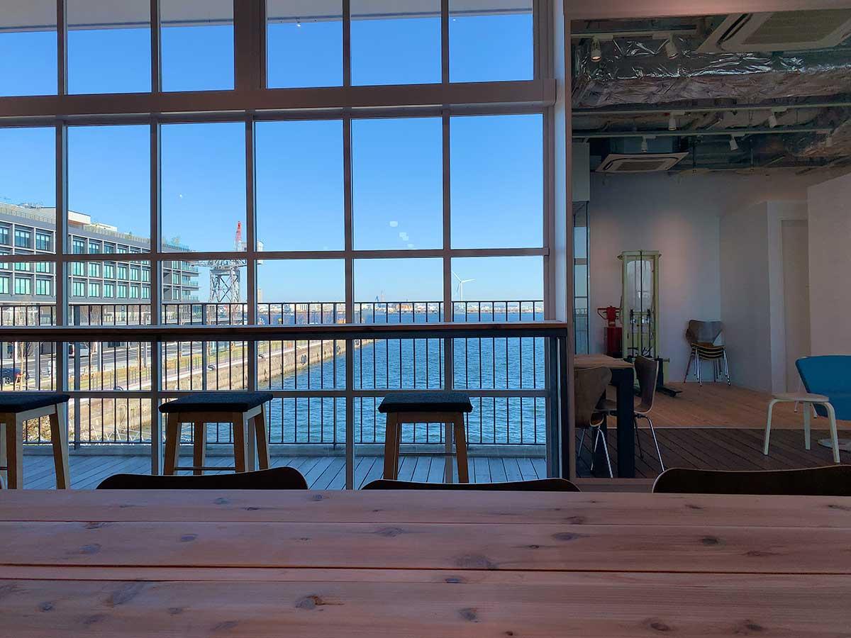 海が見えるゼブラコーヒーの席