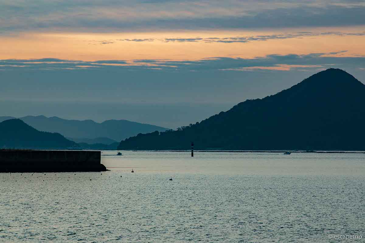 瀬戸内海の島と朝日