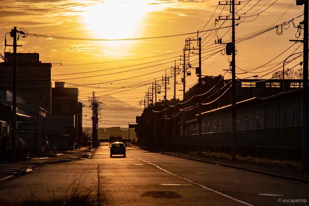日の出へ走る車