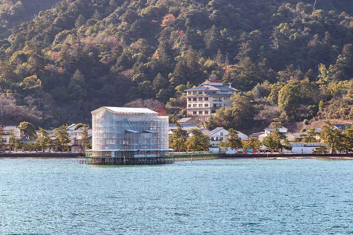 工事中の厳島神社の大鳥居