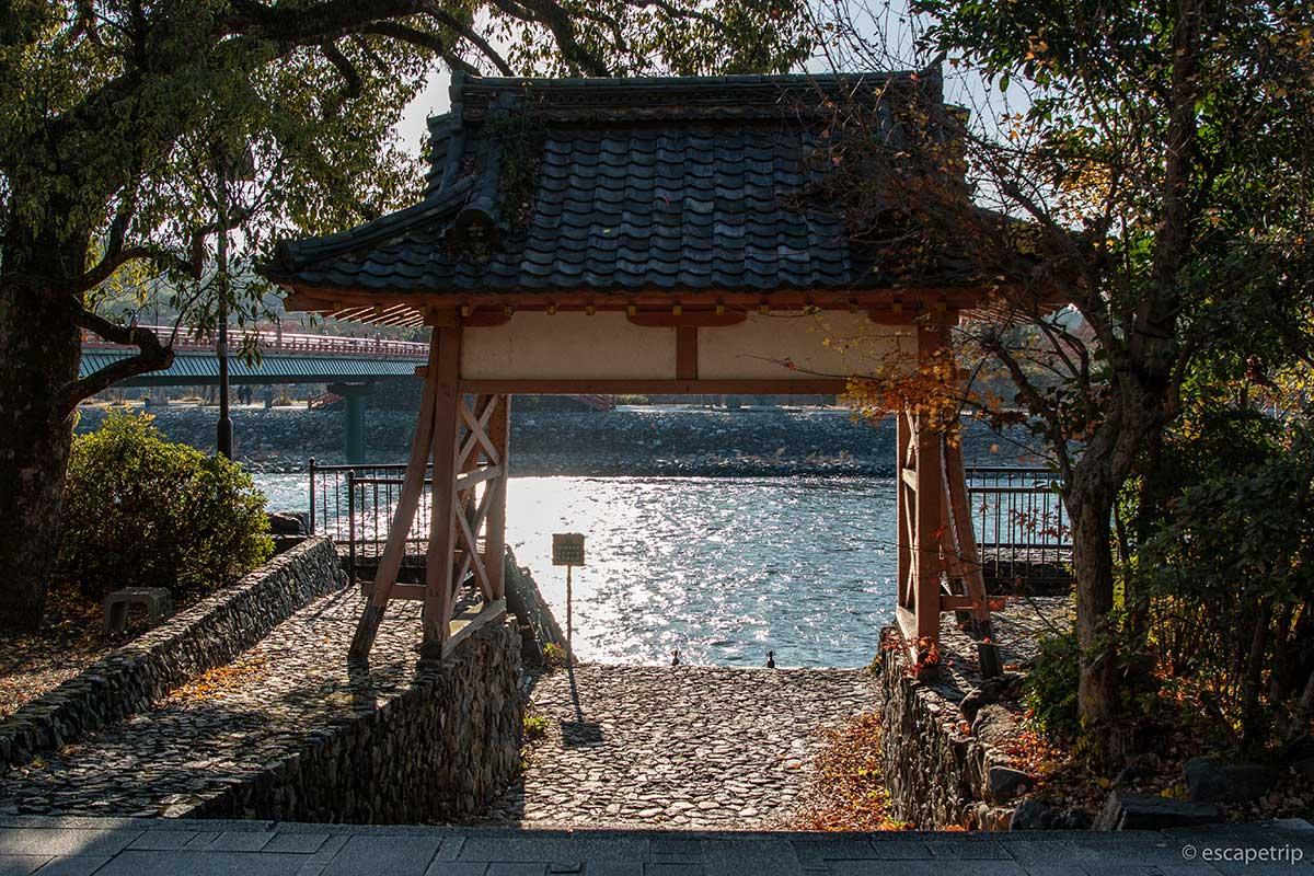 宇治川と鳥居