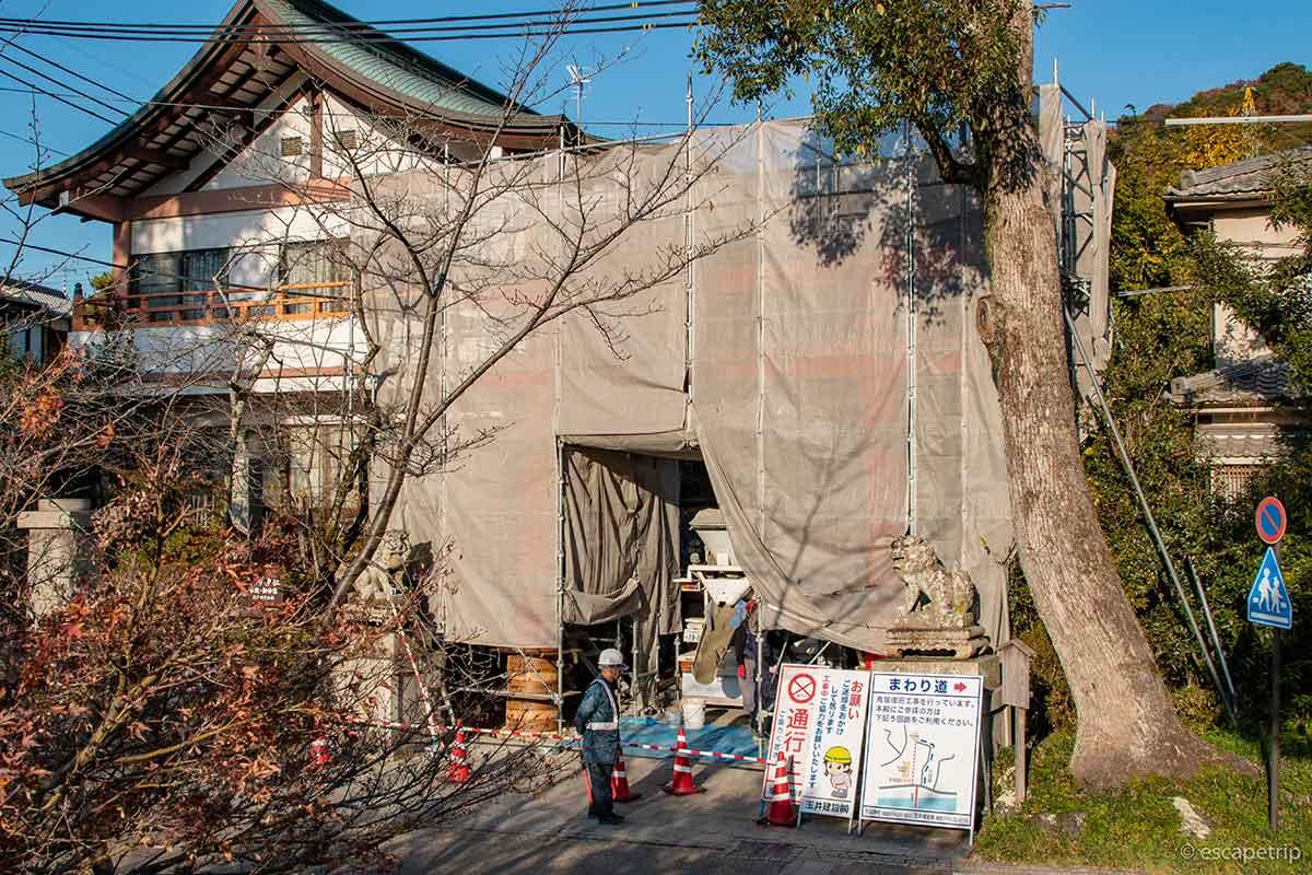 修復中の宇治神社の鳥居
