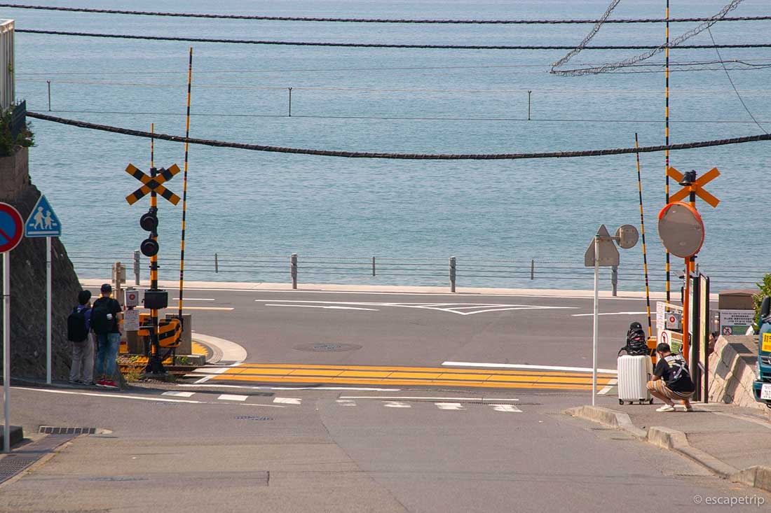 早朝の江ノ電の踏切