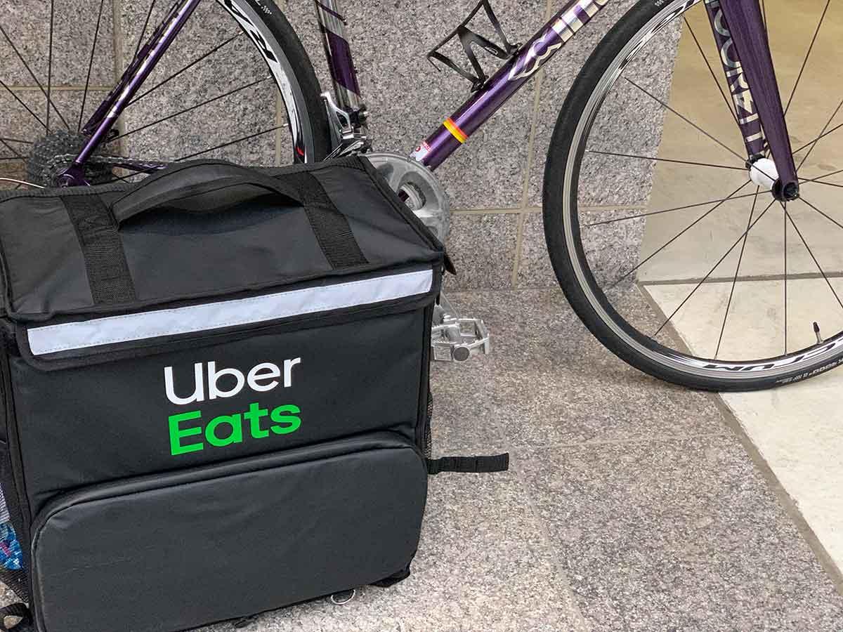 ウーバーイーツのバッグとロードバイク