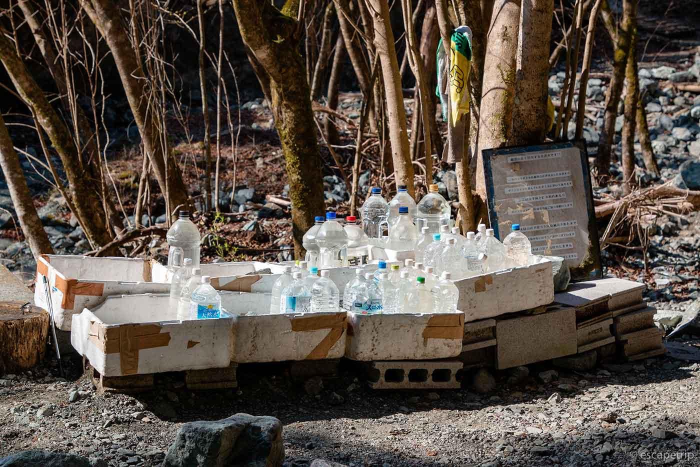 鍋割山荘に運ぶ水
