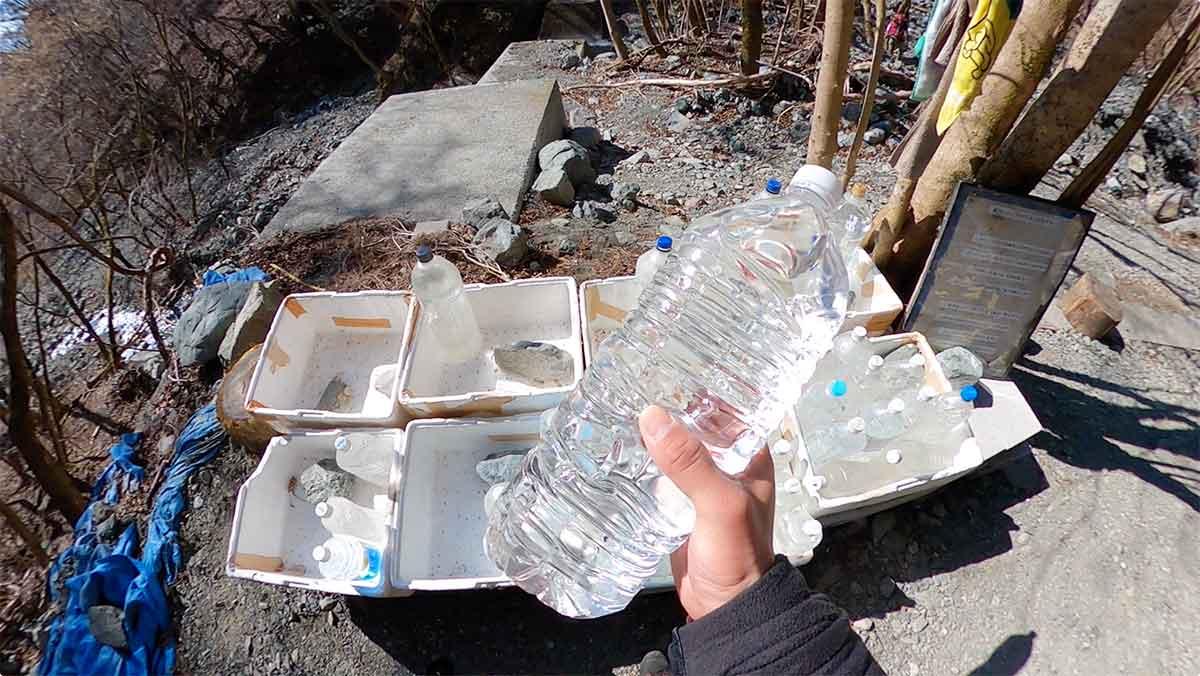 鍋割山荘のボランティアの水