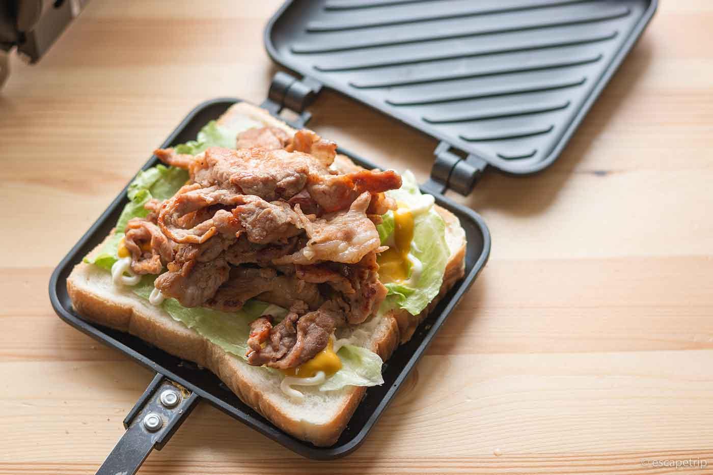 ホットサンドメーカーで肉サンド
