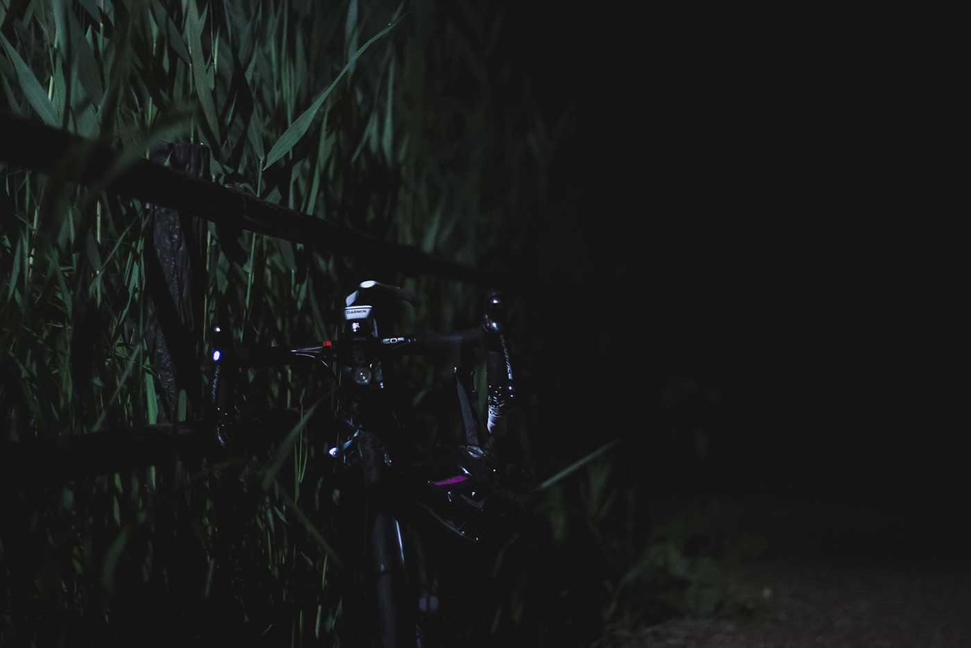 夜の公園とロードバイク