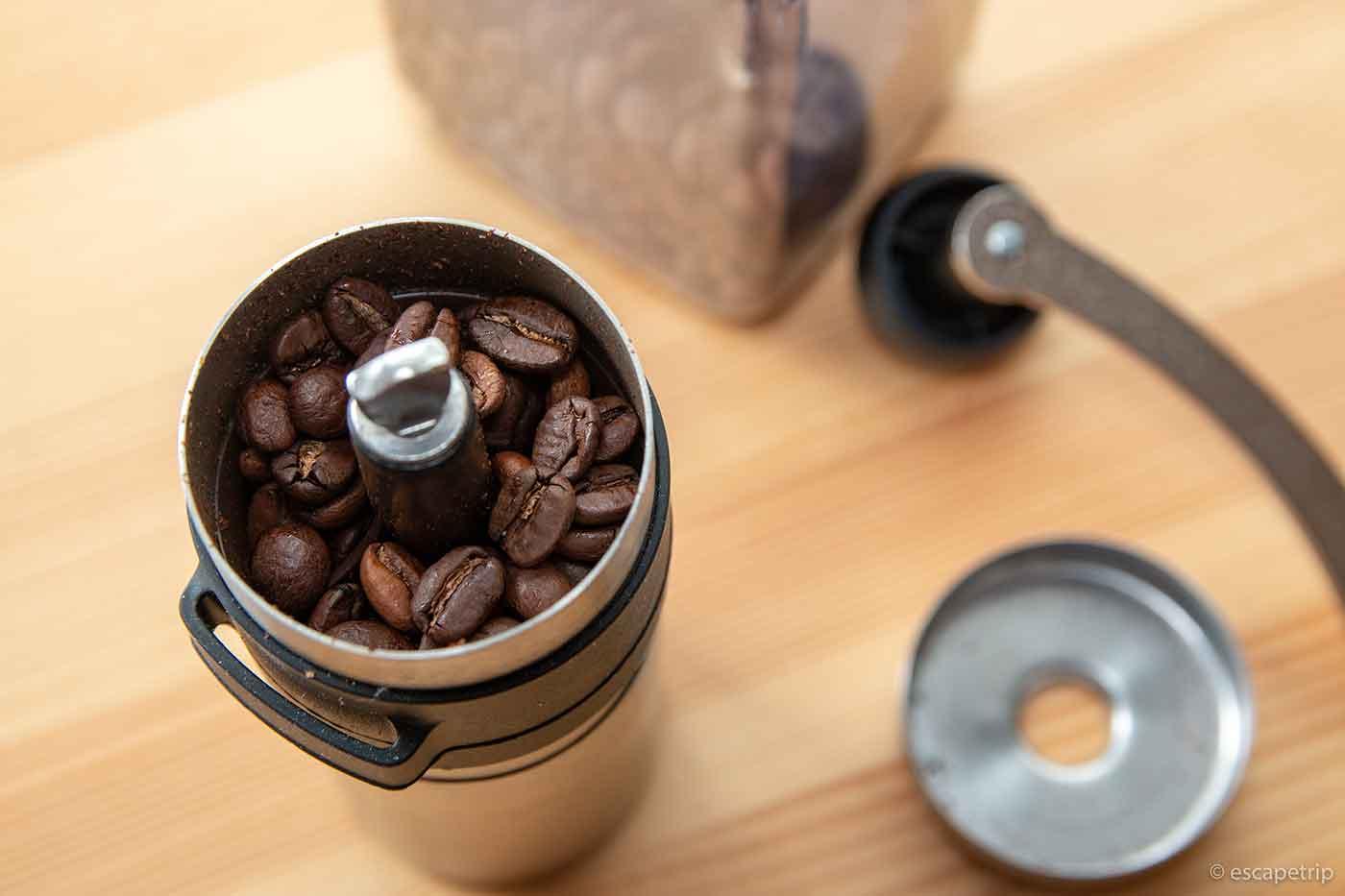 ポーレックスのコーヒーミルにコーヒー豆を入れる