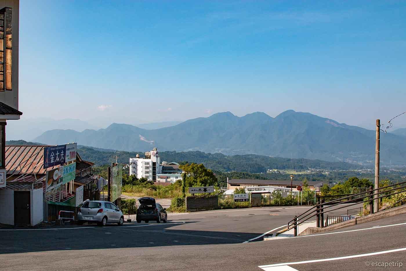 伊香保温泉と山々