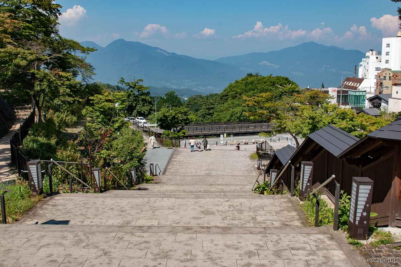 伊香保温泉の石段と山々