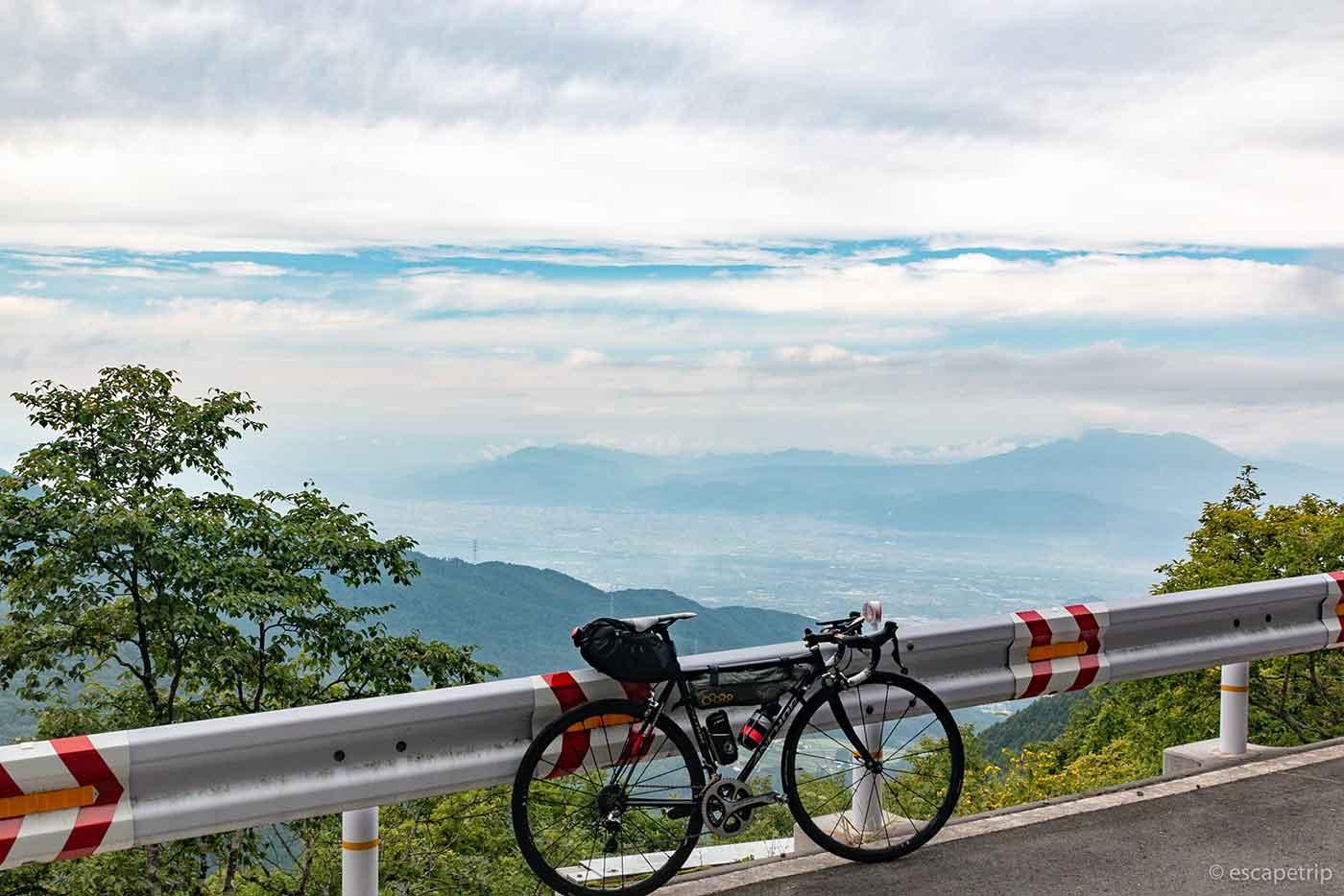 高台の景色とロードバイク