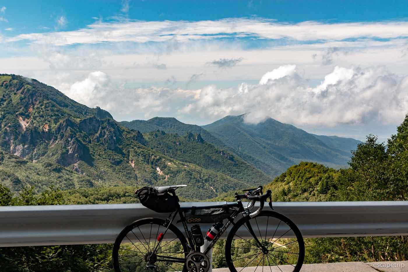 山の景色とロードバイク