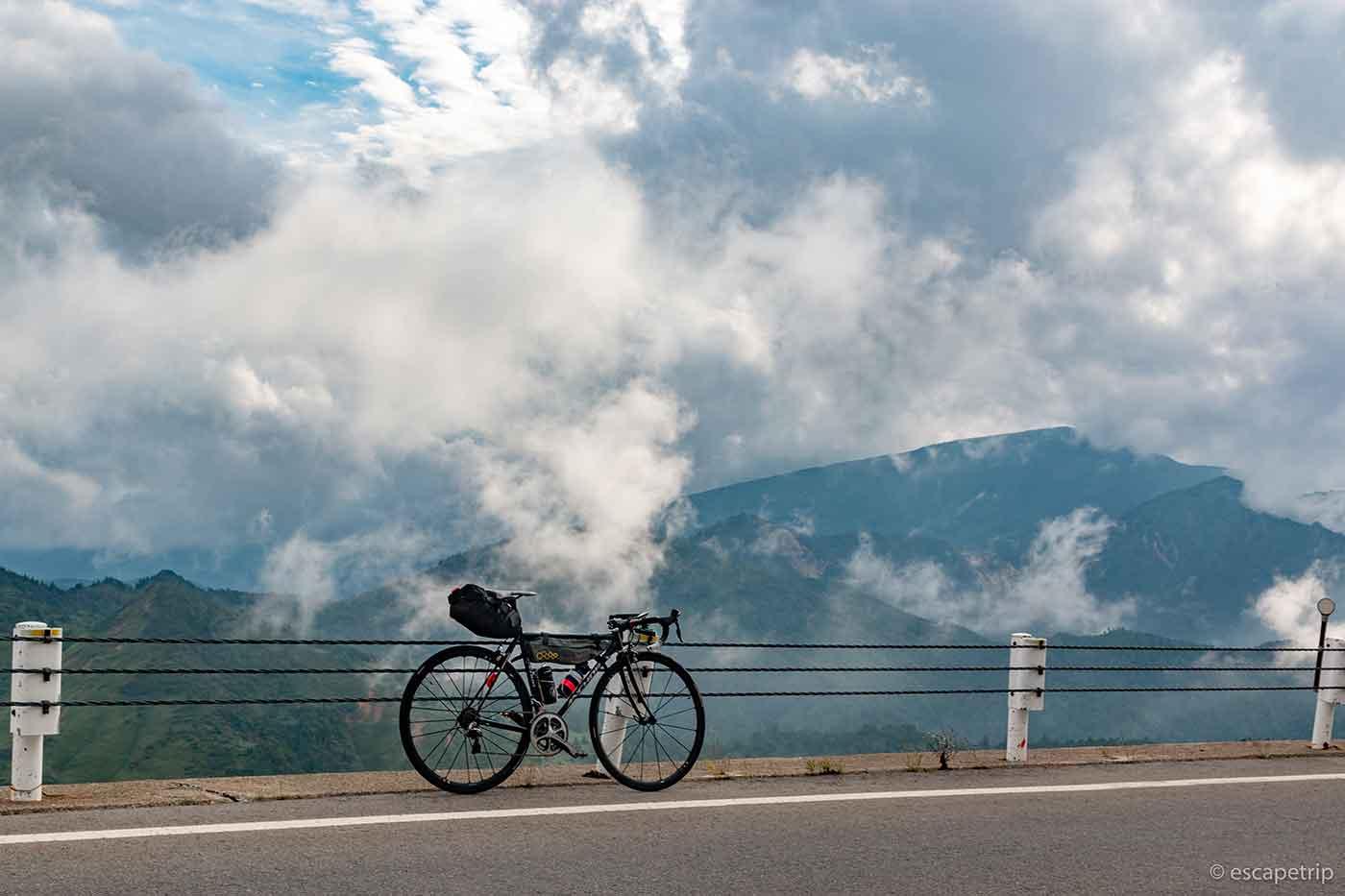 高所の風景とロードバイク