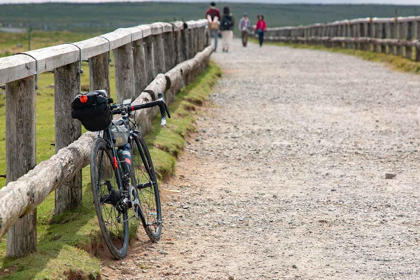 美ヶ原の砂利道とロードバイク