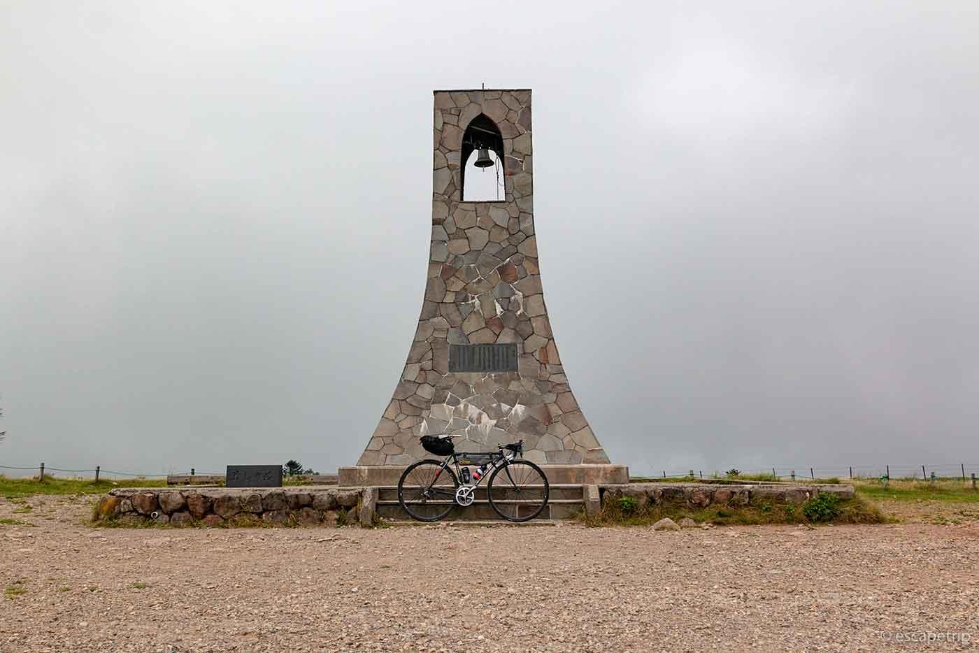 美しの塔とロードバイク