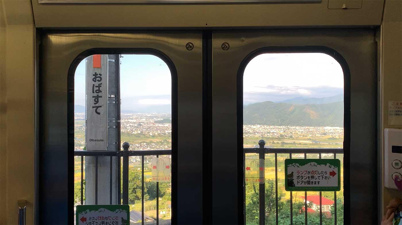 姨捨駅の車窓から見る景色