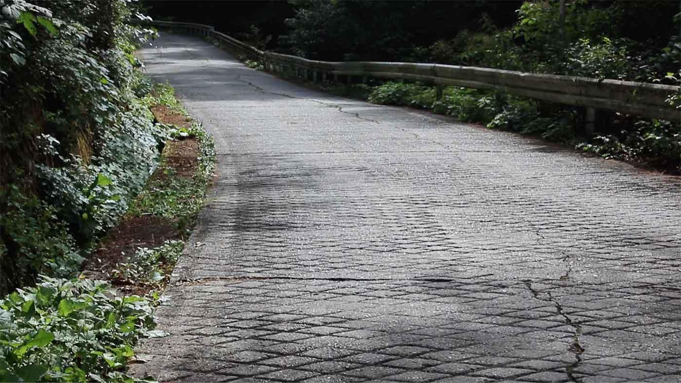 ドーナツ状の登り坂の道路