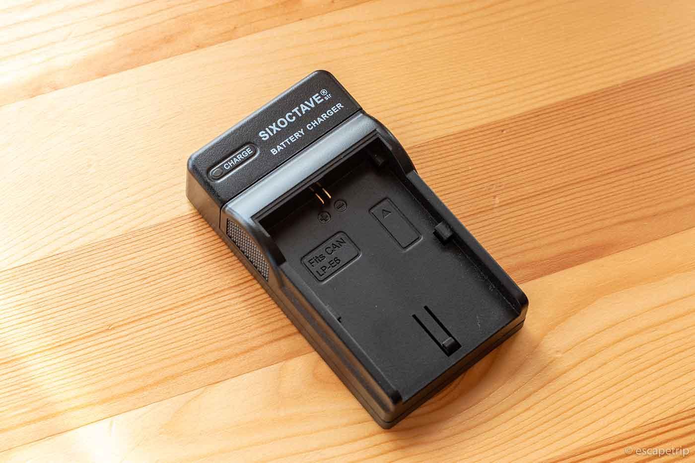 一眼レフ用のコンパクト充電器