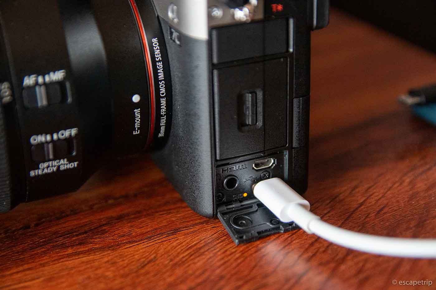 USB-Cケーブルで充電するミラーレス一眼