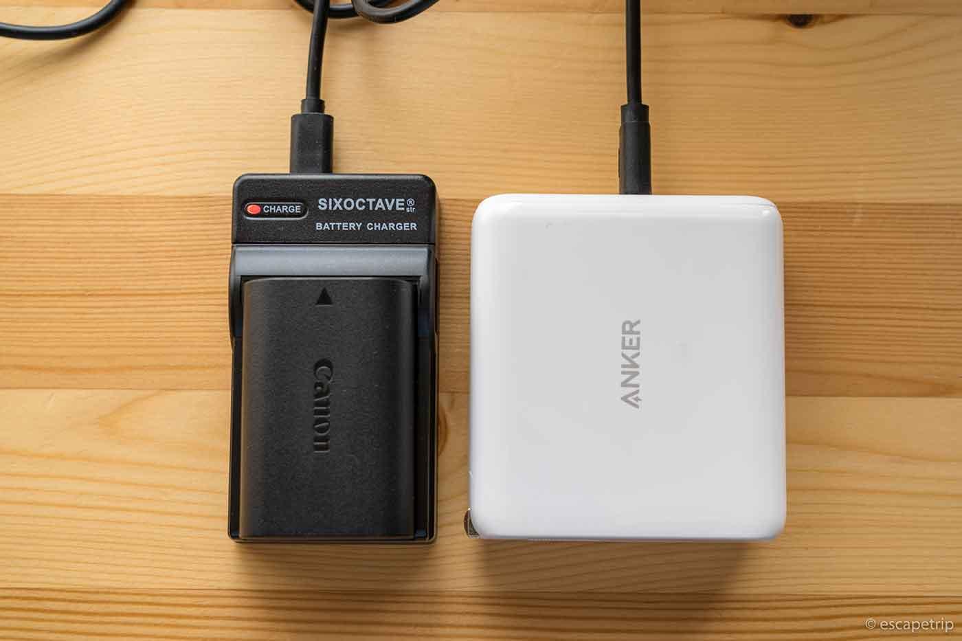 互換充電器USBチャージャーで充電中