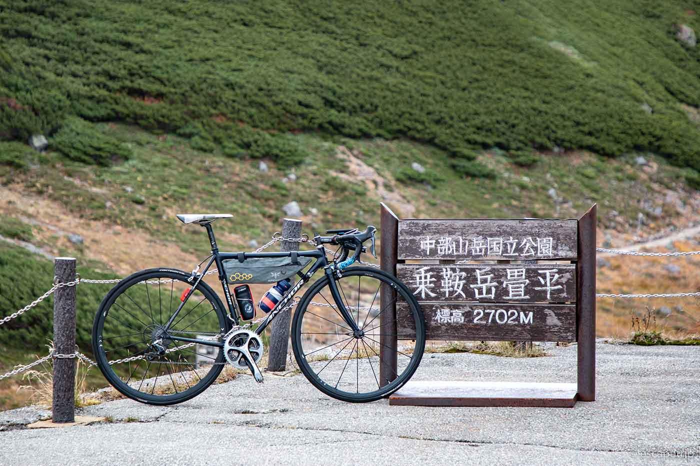 乗鞍畳平の看板とロードバイク