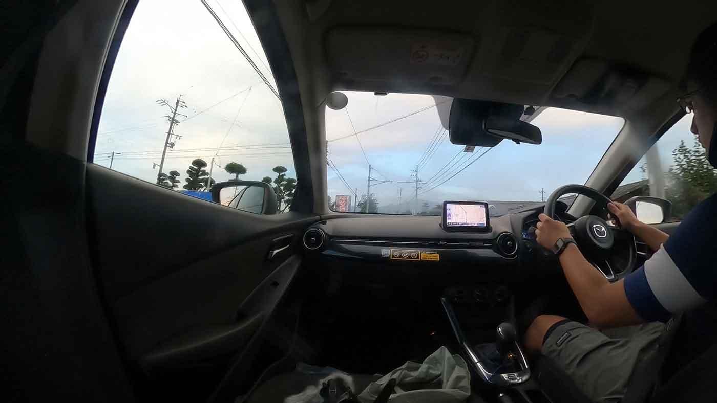 車を運転しているところ