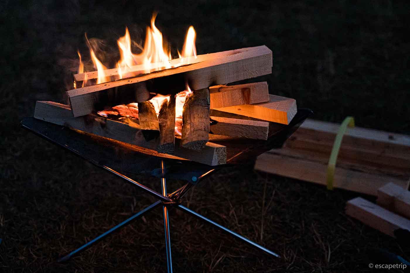 キャンプ場の焚き火