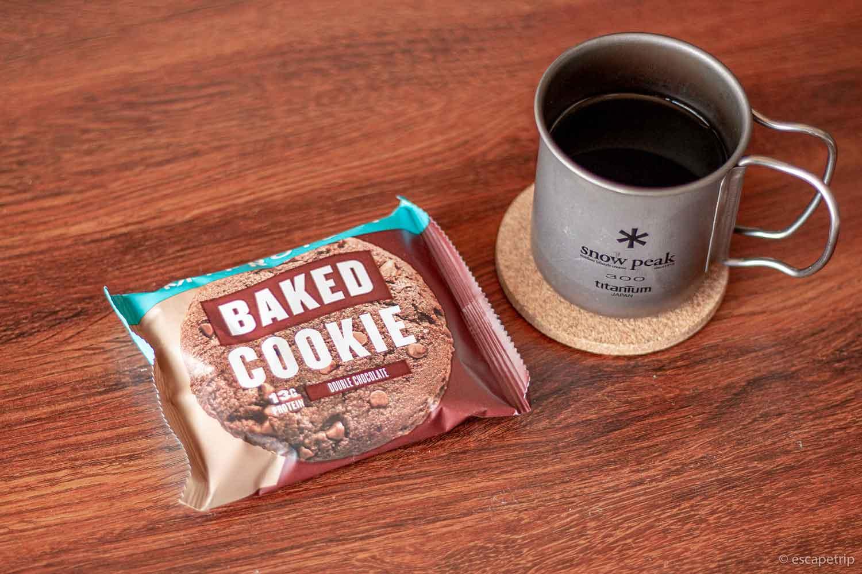 マイプロテインのプロテインクッキーとコーヒー