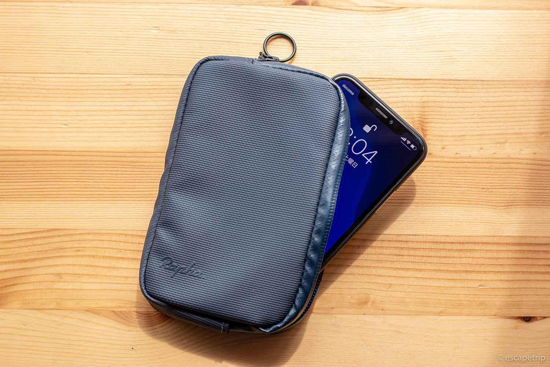 Raphaの財布とiPhone