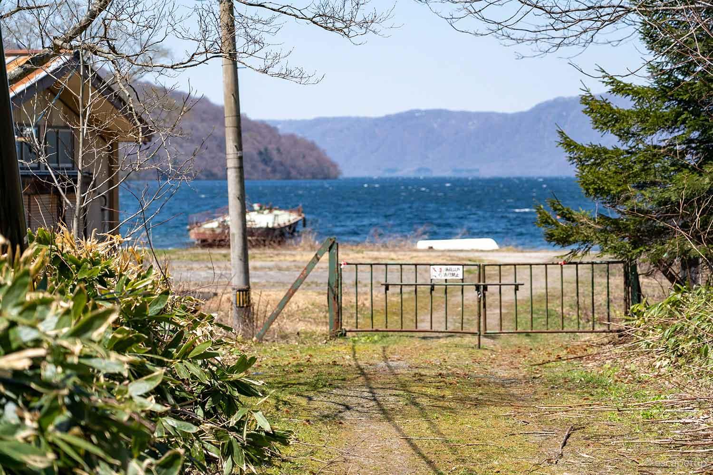 奥に見える十和田湖
