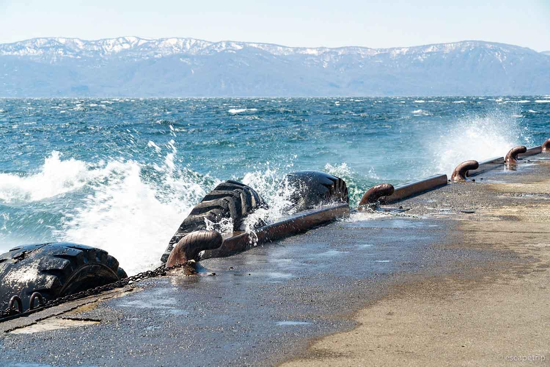 強風で荒れる十和田湖